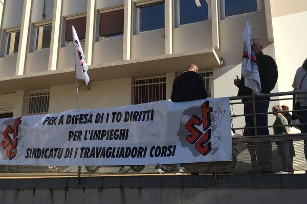 Rassemblement ce mercredi matin devant le centre financier de la Poste d'Ajaccio.