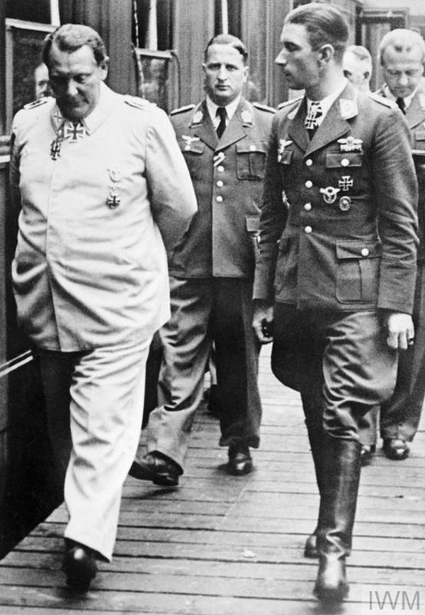 Hermann Göring, pendant la Bataille d'Angleterre, longeant les wagons de son train en compagnie de l'as allemand Werner Mölders. Mölders va commander, à partir du 27 juillet 1940, l'escadre de chasse JG51 basée dans le Pas-de-Calais.