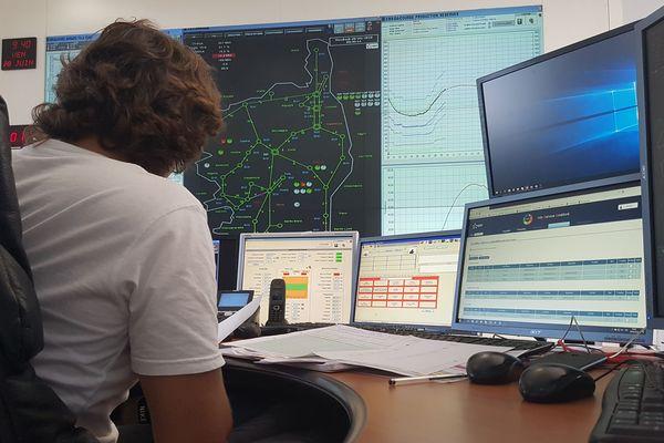 L'opérateur, ils sont sept à se relayer, contrôle à chaque instant que l'équilibre entre la production et la consommation d'électricité fonctionne bien.