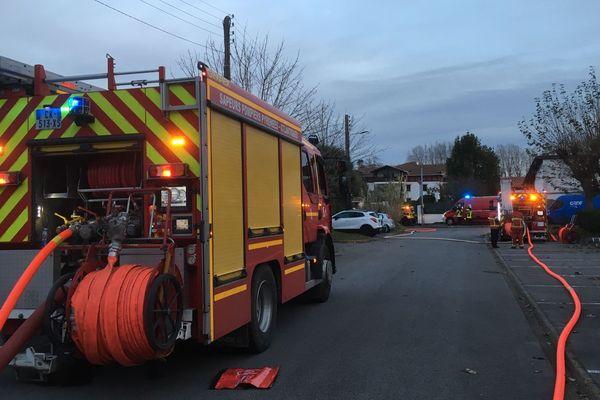 Une trentaine de pompiers et une quinzaine de gendarmes ont été mobilisés sur place.