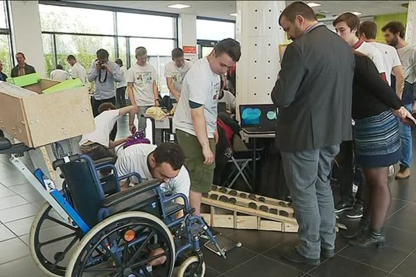 Les lycéens de l'académie de Grenoble présentent leur projet devant le jury desOlympiades des sciences de l'ingénieur.