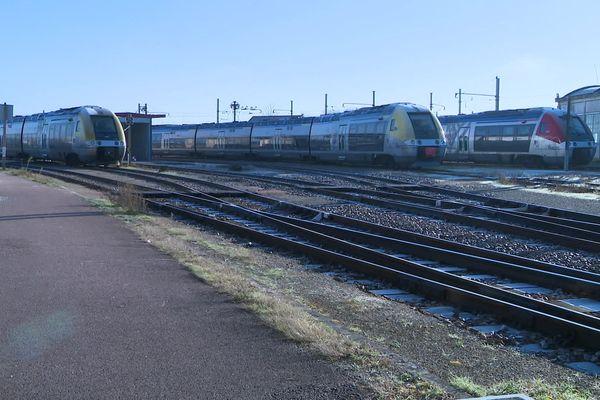 Des trains à l'arrêt, en gare de Laroche-Migennes