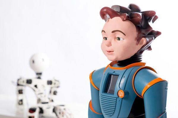 Le robot Milo réagit : il peut sourire, rigoler ou encore froncer les sourcils...
