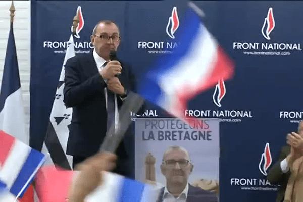 Gilles Pennelle se présente sous les drapeaux en réunion publique d'entre-deux-tours à Lanester