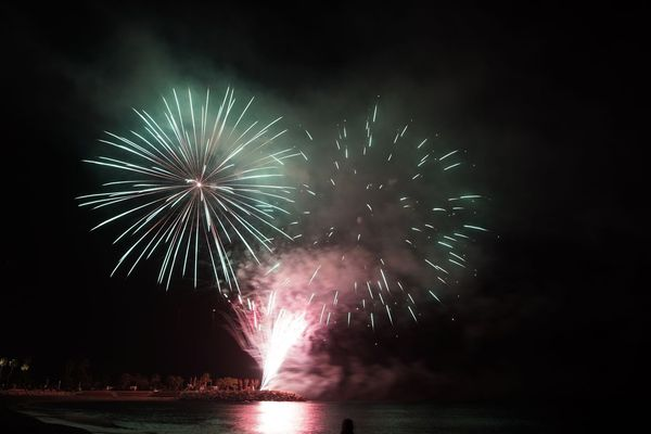 Le feu d'artifice au-dessus de la mer.