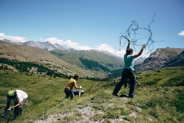 Les bénévoles de l'association Mountain Wilderness participent à des chantiers de démantèlement et de nettoyage sur tous les massifs montagneux français où se trouvent des installations obsolètes non démontées