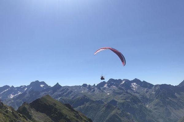 Sylvain Tessier en vol dans les Pyrénées