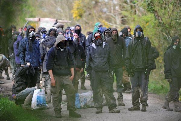 Les activistes face à face avec les gendarmes au carrefour du Moulin de Rohanne