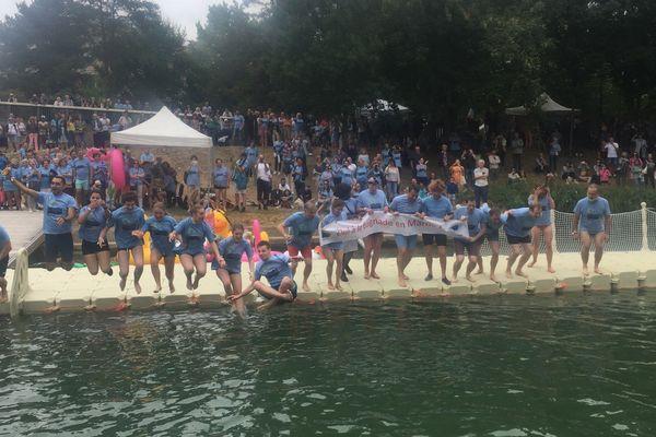 Une centaine de personnes a plongé dans la Marne ce dimanche après-midi à l'occasion du Big jump.