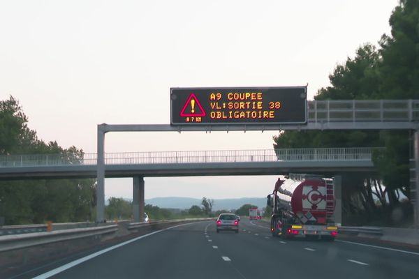 Un incendie s'est déclaré dans l'Aude à Peyriac-de-Mer dans la nuit du mardi 17 août 2021. L'A9 a été fermée jusqu'à 23h.