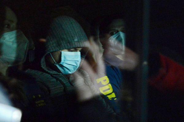 Nicolas Zepeda le 23 juillet à Santagio du Chili encadré par la police pour son extradition vers la France.