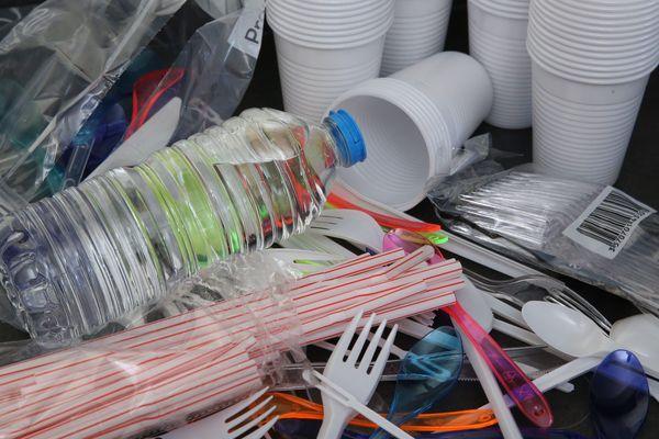 Le plastique bientôt totalement banni des festivals ? Ces derniers s'y engagent en tout cas.