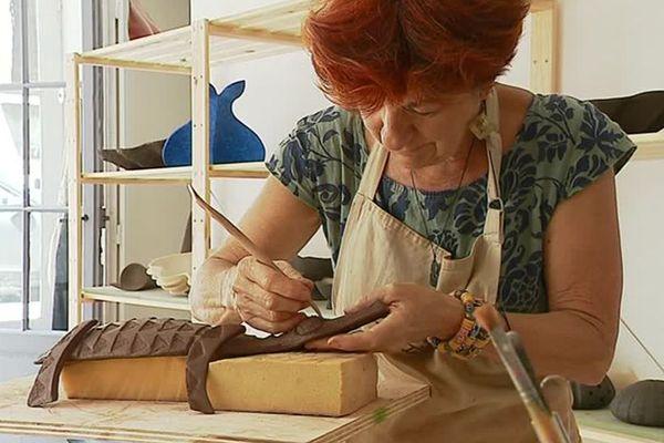 Amanite Chloé réalise des sculptures en terre dans son atelier