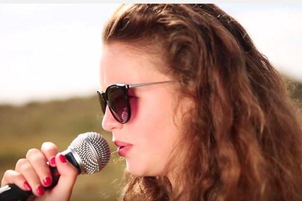 Justine chante dans le groupe Zoé.