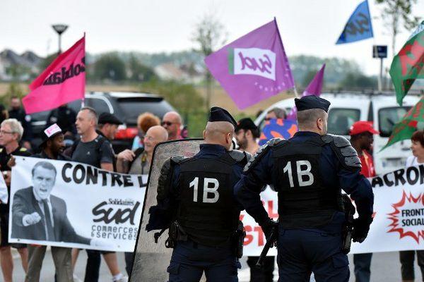 Des CRS ont été déployés devant le campus d'HEC, à Jouy-en-Josas (Yvelines), où se tient depuis le 29 août l'université d'été du Medef.