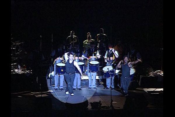 Johnny Clegg avec le Bagad Kemper au Festival de Cornouaille en 1997