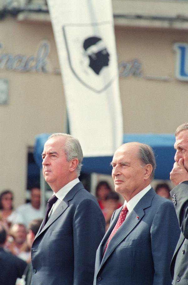 François Mitterrand en 1993 en Corse, accompagné de son Premier ministre de l'époque, Edouard Balladur.