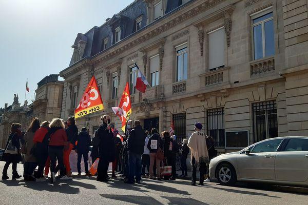 Une quarantaine de manifestants se sont réunis devant la Préfecture, à Dijon.