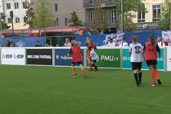 Un mini terrain de foot a été installé place de Jaude, à Clermont-Ferrand.