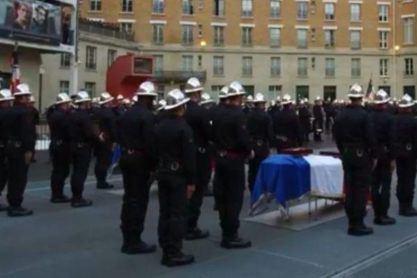 Les cercueils de Simon Cartannaz et de Nathanaël Josselin, dans la cour de l'Etat-major des pompiers de Paris.