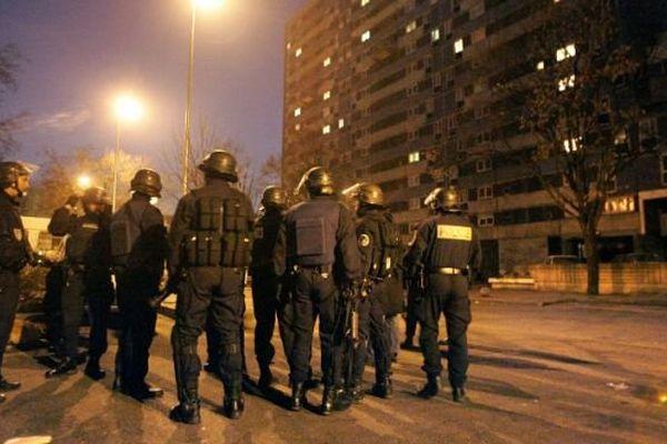 Photo d'archive, perquisition de nuit, le 31 janvier 2006, dans la région parisienne.