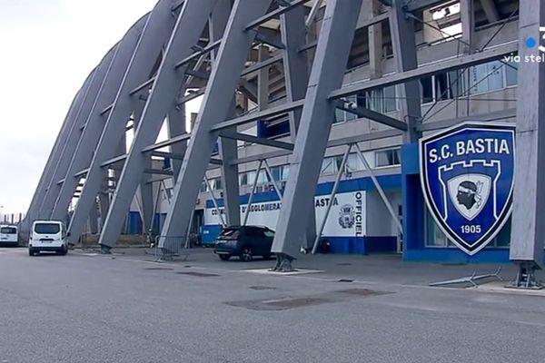 Tribunes ouvertes aux vents et à la pluie, sièges délabrés ou encore grillages défaillants... L'état du stade Armand Cesari ne répond plus aujourd'hui aux normes.