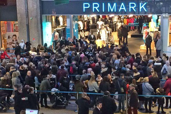 la foule à l'ouverture de la boutique havraise en 2018