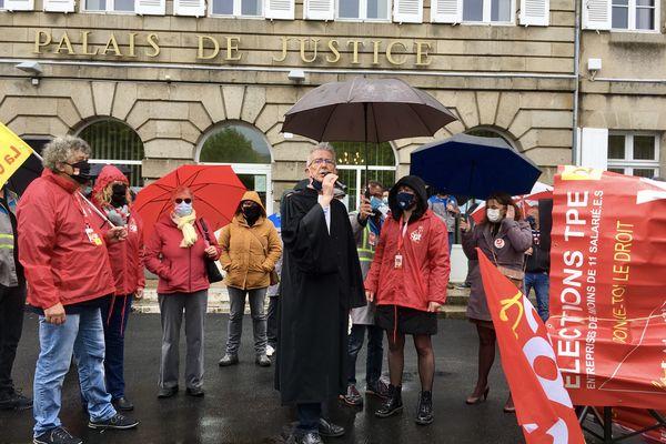 Les GM&S devant le palais de justice de Guéret