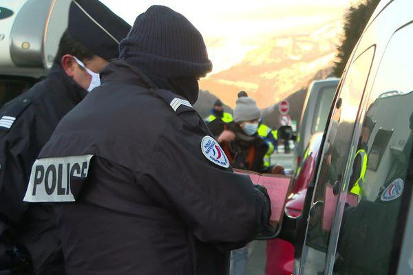 Contrôles aléatoires au col du Somport ce 26 décembre pour décourager les Français à aller skier en Espagne.