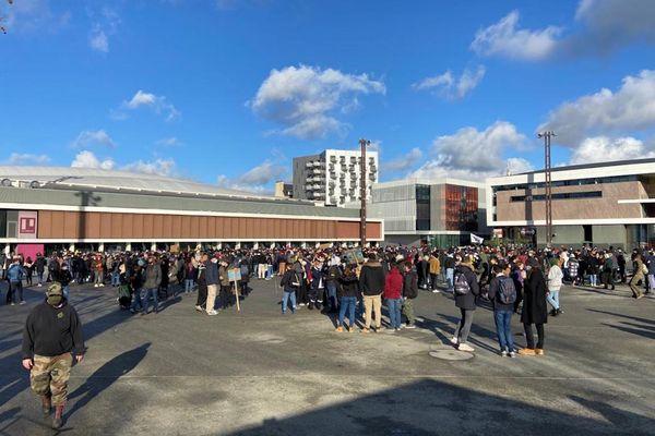 15h: 800 personnes rassemblées dans le calme sur l'esplanade Charles de Gaulle à Rennes