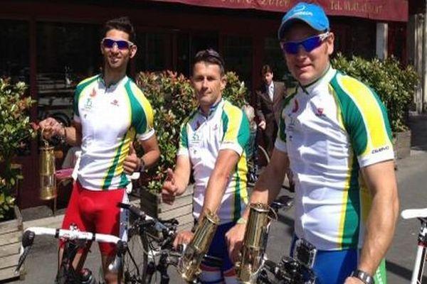 Des cyclistes français sourds ont quitté Paris le 30 juin 2013 avec la flamme olympique qui est attendue à Sofia, en Bulgarie.