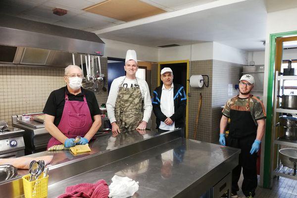 Nodari Chikhladze, chef de cuisine, parmi les compagnons d'Emmaüs à Saint-Jean-de-Linières près d'Angers