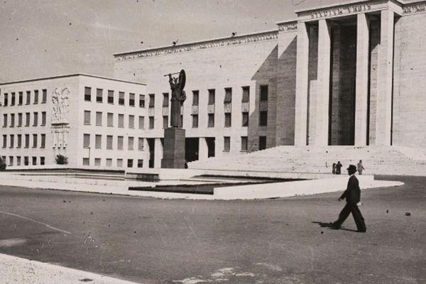 >>Rome - Le palais des études dans la Cité universitaire, vers 1935. Photographie positive sur papier gelatino-argentique / 12 x 21 cm. Paris, Bibliothèque de l'Hôtel de Ville.