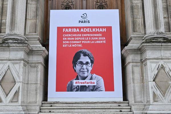 """Une affiche est installée devant l'hôtel de ville de Paris le 5 juin 2020, à l'occasion de """"l'anniversaire"""" de l'arrestation de la chercheuse franco-iranienne Fariba Adelkhah le 5 juin 2019."""