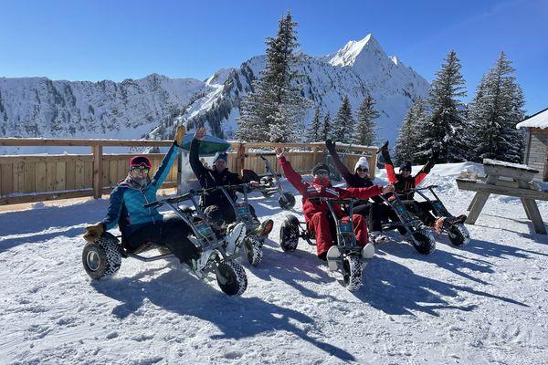 L'activité comprend une remontée des pistes en dameuse ainsi qu'une descente en kart des neiges.