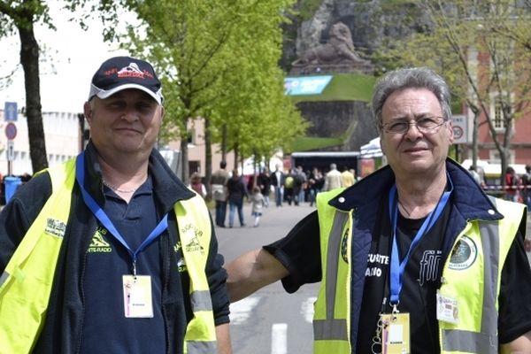 Michel et Denis, des bénévoles habitués du FIMU. Ils font partie d'un club de radio amateurs.