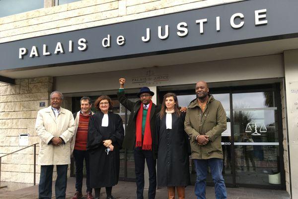 Karfa Diallo , le poing levé, à la sortie du palais de Justice de Bayonne