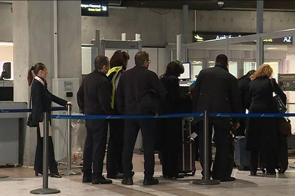 Le personnel chargé du contrôle des passagers à l'aéroport de Nice dénonce des pressions.