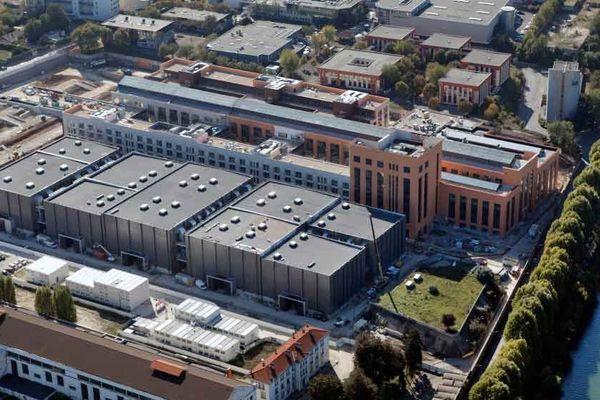 La Cité du cinéma est installée dans une ancienne centrale électrique d'EDF construite en 1933.