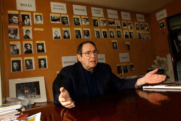 Robert Hossein en 2006, dans son bureau du théâtre Marigny, à Paris.