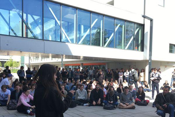 Environ 400 personnes réunies devant l'université de Strasbourg pour une nouvelle assemblée générale étudiante.