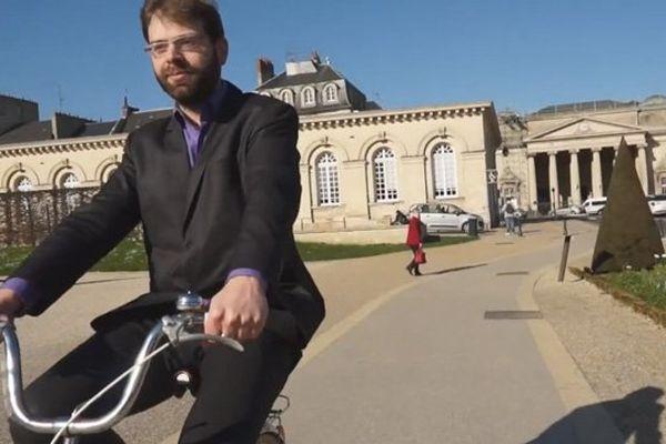 """Rudy L'Orphelin à vélo devant la mairie de Caen, l'ouverture de la vidéo postée par """"Le rassemblement écologiste et citoyen à Caen"""""""
