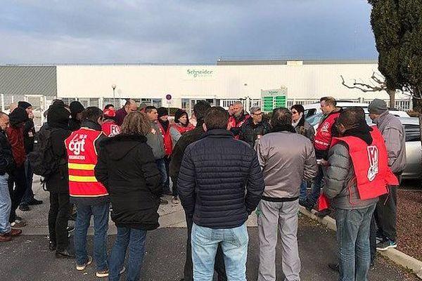 """Lattes : les """"rescapés"""" de Schneider Electric en grève pour leurs salaires"""