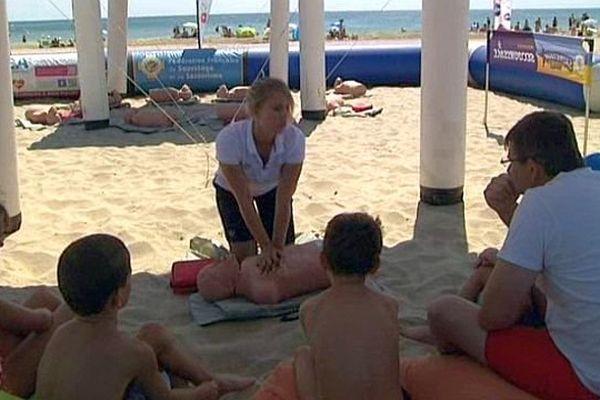 Marseillan (Hérault) - les secouristes montrent les gestes qui sauvent aux baigneurs et aux touristes - août 2014.