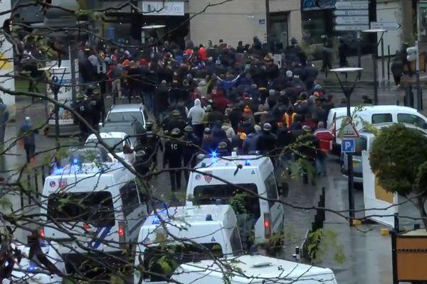 """Des images des supporters lensois """"escortés"""" au Stade du Hainaut à Valenciennes, en novembre."""