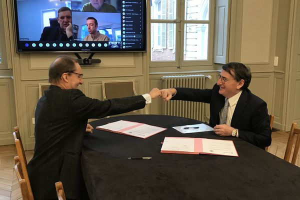 Philippe Robardey, Président de la CCI Toulouse Haute-Garonne et Laurent Granel, Président du Tribunal de Commerce de Toulouse ont signé une convention pour la prévention des difficultés en entreprises.