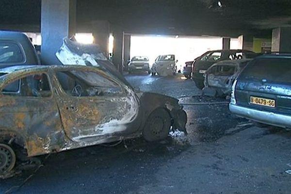 Perpignan - Le feu a débuté vers minuit, sur un parking, au rez-de-chaussée d'un immeuble - 28 janvier 2014