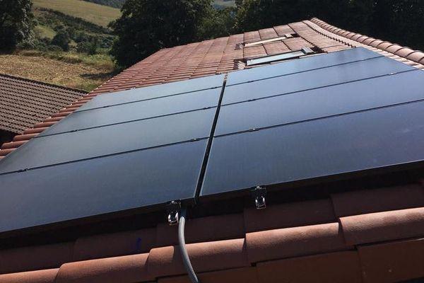 Des modules solaires photovoltaïques installés sur une toiture.
