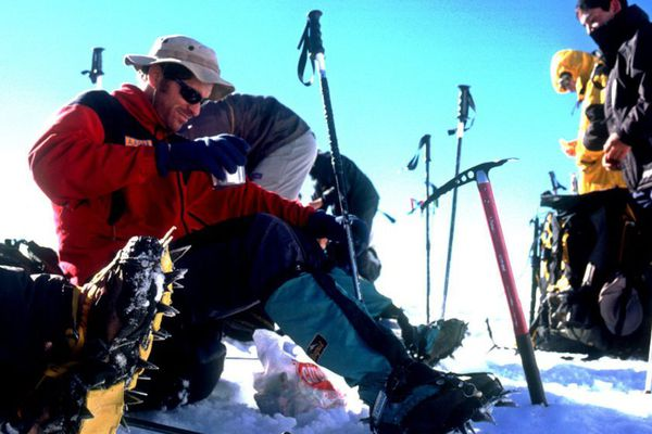 Crampons et piolet sont indispensables pour randonner au dessus de 1500m dans les Pyrénées
