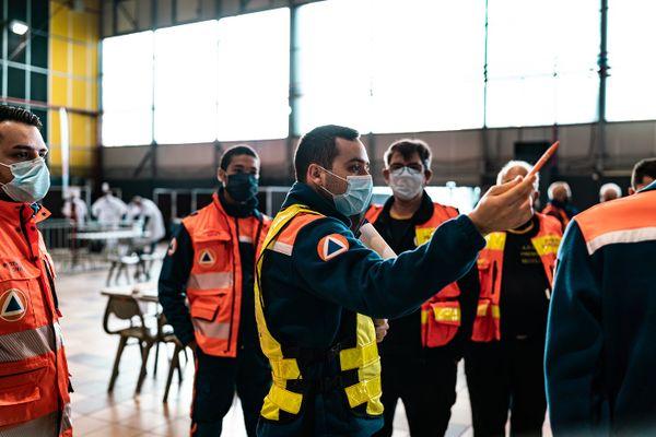 Les bénévoles de la Protection Civile prennent en charge les personnes qui viennent se faire vacciner.